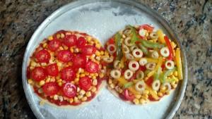 uma de milho com tomate cereja e outra de milho com sortido de pimentões e azeitona