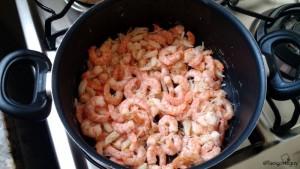Fritar os camarões e o bacalhau